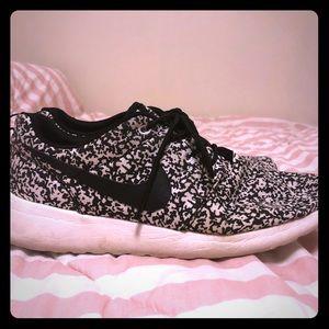 Women's Nike roshe sneakers